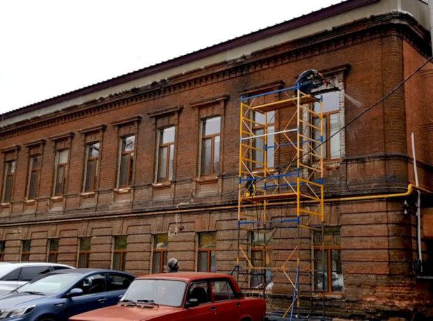 Гидроструйная очистка фасада старого здания