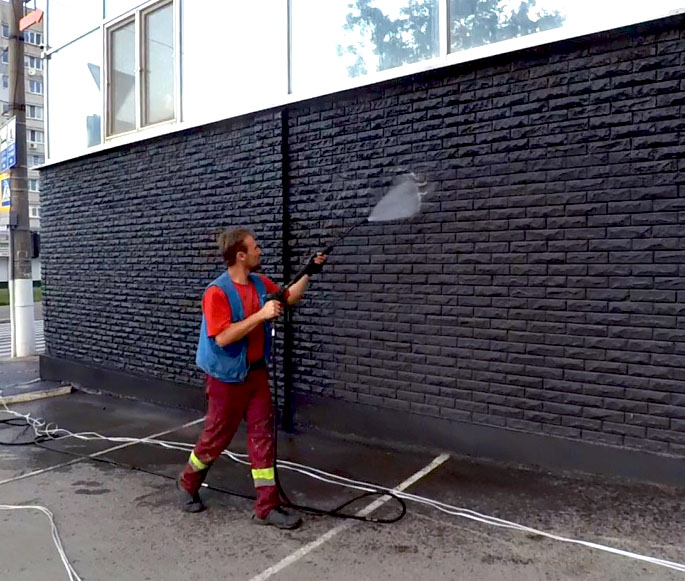 Hydro-jet cleaning of the facade