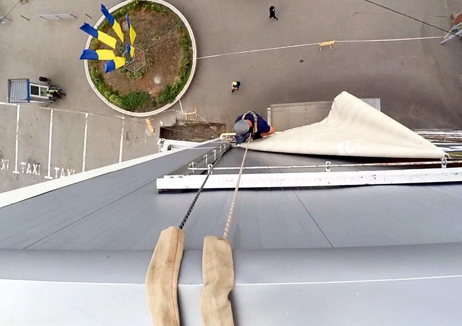 Вид сверху на демонтаж баннера