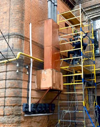 Процес гідроструменевого очищення фасаду