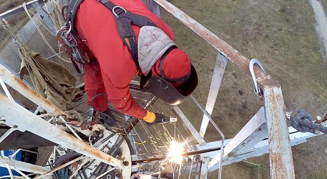 Фото сварочных работ обслуживающей платформы на высоте