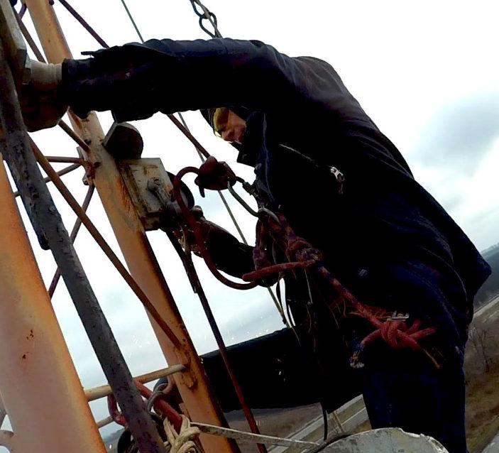 Демонтаж оттяжек на антенно-фидерном оборудовании