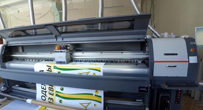 Фото процессов печати баннера