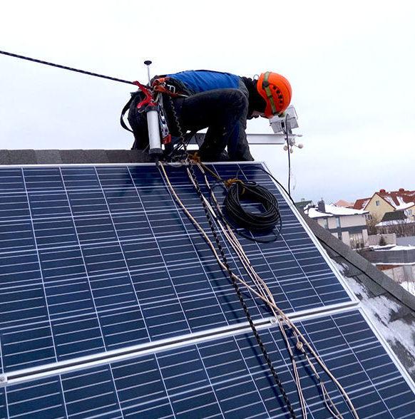 Фото установки солнечных панелей и датчика скорости ветра