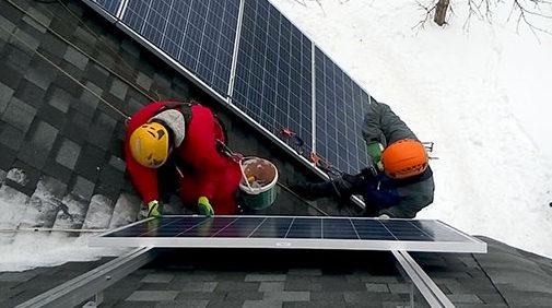 Монтаж сонячних панелей на даху