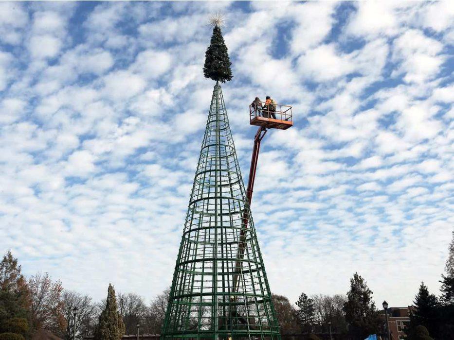 Промышленные альпинисты устанавливают елку