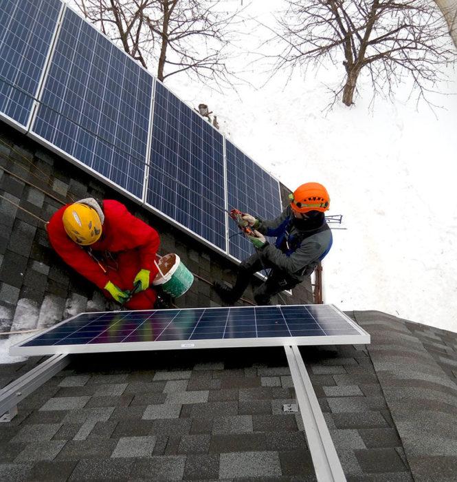 Фото монтажа солнечных панелей на скатной крыше