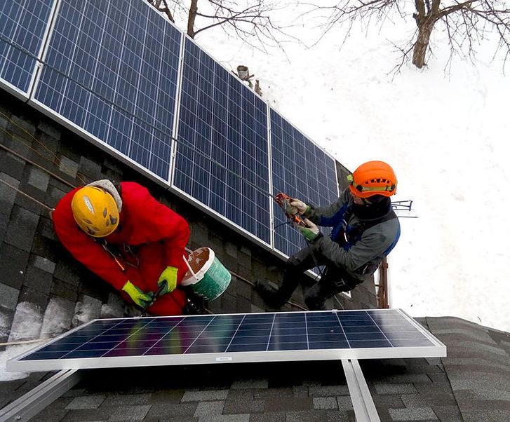 Розміщення сонячних панелей на даху з нахилом