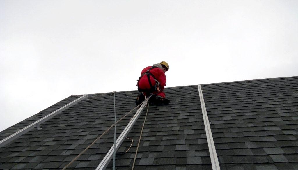 Размещение алюминиевых направляющих под монтаж солнечных панелей