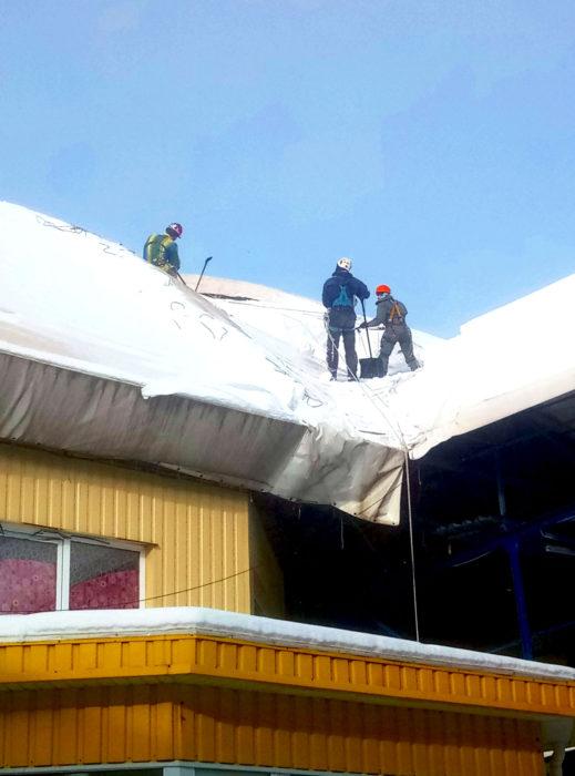 Очистка крыш от снега альпинистами