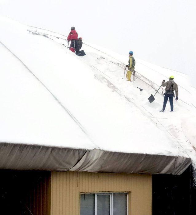 Очистка от снега на скатной крыше