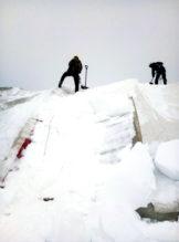 Очистка тентов от снега альпинистами