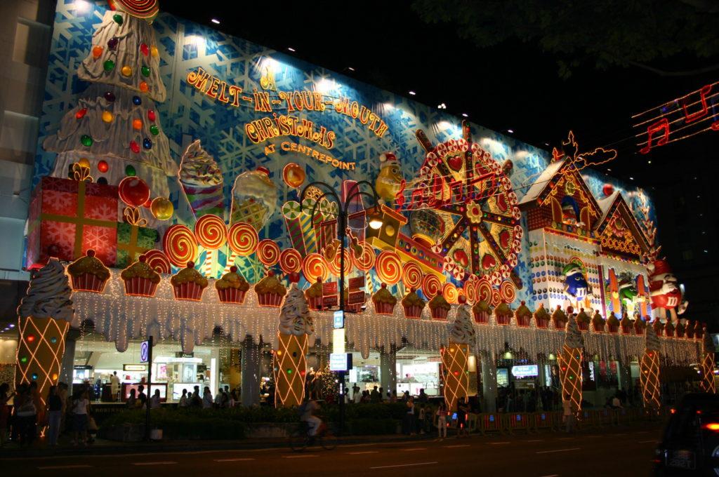 Новогоднее украшения фасадов гирляндами