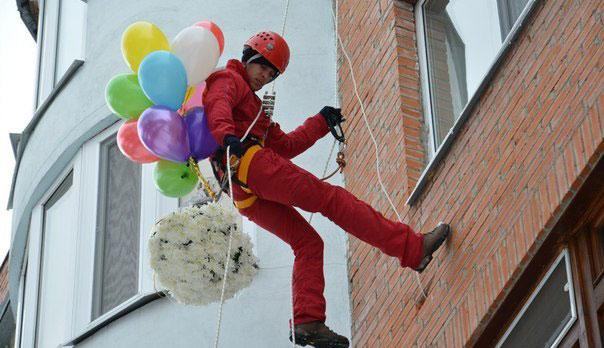 Поздравление, доставка шаров и цветов в окно фото